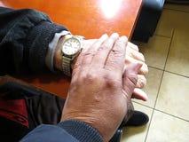 年轻Person& x27; s手感人的年长Person& x27; s手 免版税图库摄影