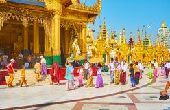 年轻samaneras Novitiation仪式在Shwedagon,仰光,我 免版税库存图片