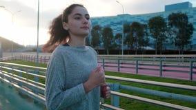 年轻townswoman在晚上在城市区域单独跑 股票视频