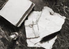 年迈的减速火箭的纸和书在桌上与探员用工具加工backgro 库存照片