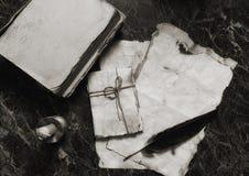 年迈的减速火箭的纸和书在桌上与探员用工具加工backgro 免版税库存照片