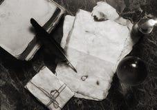 年迈的减速火箭的纸和书在桌上与探员用工具加工backgro 库存图片