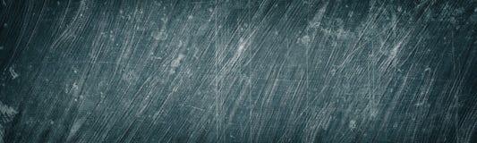 年迈的灰色被抓的和被弄脏的金属宽纹理 破旧的金属表面全景 黑暗的减速火箭的难看的东西全景背景 库存照片