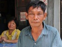 年长亚洲夫妇在曼谷棚户区 免版税库存图片