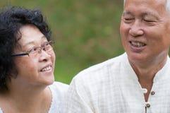 年长亚洲夫妇室外画象 免版税库存照片
