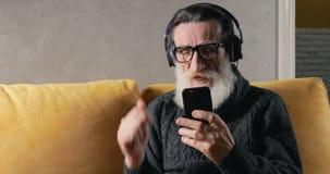年长人听到音乐 影视素材