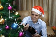 年长人打开一个瓶香槟 免版税库存图片