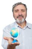 年长人拿着在他的现有量的小的地球 免版税库存图片