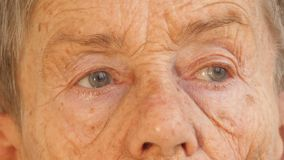 年长人,妇女的面孔变老了81年 股票录像