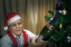 年长人,香槟,圣诞节冷杉 库存照片