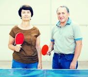 年长加上画象乒乓球的球拍 免版税图库摄影