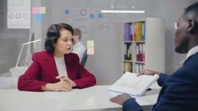 年长女实业家和她美国黑人的伙伴 股票录像