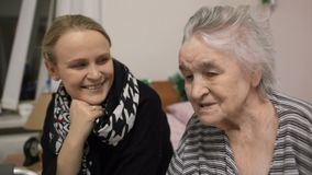 年长妇女和她的成人孙女 股票视频