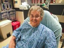 年长妇女在作为患者的医院病床上 图库摄影