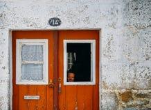 年长妇女在瓜达区,葡萄牙` s 14世纪犹太区, Judiaria 库存图片