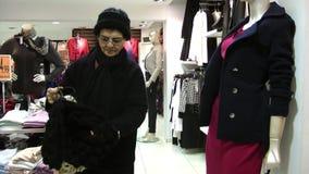 年长妇女在选矿商店 股票视频