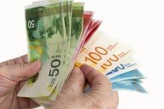 年长妇女手计数以色列新的谢克尔钞票 查出在白色 免版税图库摄影