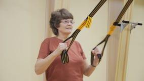 年长妇女拔,做物理疗法在健身屋子里行使 健康体操 有效的前辈 股票视频