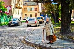 年长妇女照片在街道城市 免版税库存照片