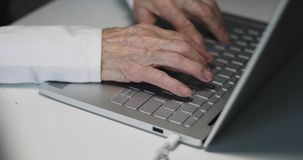 年长妇女的手特写镜头视图  股票视频