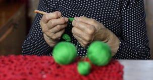 年长妇女编织的特写镜头手 股票视频