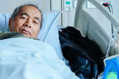 年长患者在医院病床上 免版税图库摄影