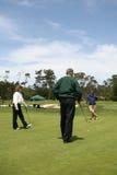 年长打高尔夫球的组 库存照片