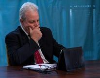年长执行委员在会议室桌上 库存图片