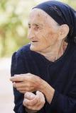 年长查找的纵向斜向一边的妇女 库存照片