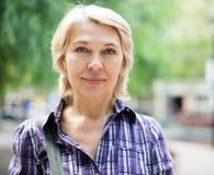 年长白肤金发的妇女画象  免版税库存照片