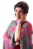 年长的人东印度人夫人联系在移动电话 库存图片