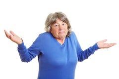 年长的人她耸肩的妇女 免版税库存照片
