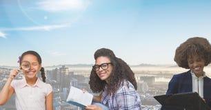 年龄世代的妇女长大与城市的 免版税库存图片