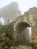 年龄被成拱形的门薄雾早晨老堡垒 库存图片
