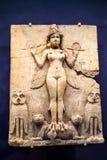 29 07 2015年,伦敦,英国,大英博物馆-昙花保持从巴比伦期间的一个雕象 免版税库存照片