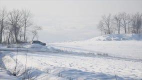 21 01 2018年,切尔诺夫策,乌克兰-冬天驾驶 汽车由在积雪的湖的冰冷的轨道驾驶在冬天 黑色汽车体育运动 股票录像