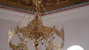 30 01 2018年,切尔诺夫策,乌克兰-枝形吊灯在教会里 蜡烛在枝形吊灯被点燃在东正教里 在 股票录像