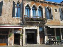 20 06 2017年,威尼斯,意大利:一个古典大厦的老门面 免版税库存照片