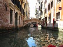 20 06 2017年,威尼斯,意大利:从长平底船的看法到历史的buildin 免版税库存照片