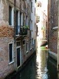 20 06 2017年,威尼斯,意大利:历史建筑和运河看法  库存图片