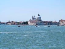 20 06 2017年,威尼斯,意大利:历史建筑和运河看法  免版税库存照片