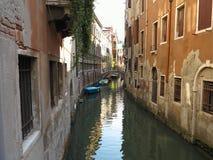 20 06 2017年,威尼斯,意大利:历史建筑和运河看法  免版税库存图片