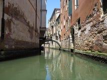 20 06 2017年,威尼斯,意大利:历史建筑和运河看法  库存照片
