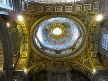 19 06 2017年,梵蒂冈:圣皮特圣徒・彼得的` s室内内部尺侧皮 免版税图库摄影