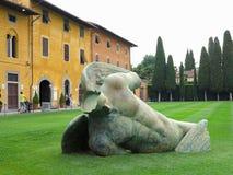 14 06 2017年,比萨,意大利:下落的天使雕象伊戈尔Mitoraj o 库存图片