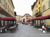 14 06 2017年,比萨,意大利:在老中世纪街道上的露天咖啡馆 免版税库存图片