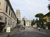14 06 2017年,比萨,托斯卡纳,意大利:在猫附近的比萨斜塔 免版税库存照片