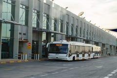2017年,特拉唯夫12月11日,以色列-带来乘客的公共汽车给飞机-本古理安机场机场在以色列 库存图片