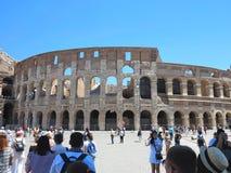 19 06 2017年,罗马,意大利:游人人群敬佩伟大的Rom 免版税库存图片