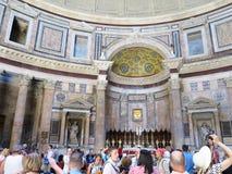 19 06 2017年,罗马,意大利:游人敬佩Th内部和圆顶  免版税库存图片